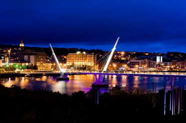City Hotel Derry by night, Ierland