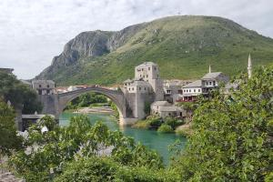Wandel over de beroemde brug in Mostar, Bosnië