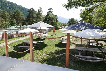 Picknicktafels, Camping Huttopia Bourg St. Maurice, Franse Alpen