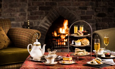 Afternoon tea in de lounge, The Deeside Inn, Schotland