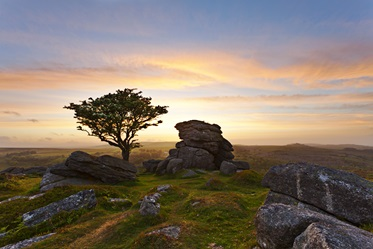 Zonsondergang bij Saddle Tor, Dartmoor National Park, Devon